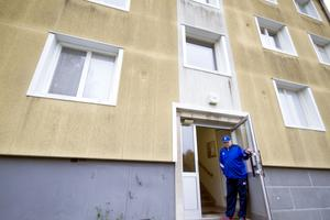 Rolf Blomgren i porten till Hantverksvägen 6. Han hoppas att fasaden blir putsad snart.