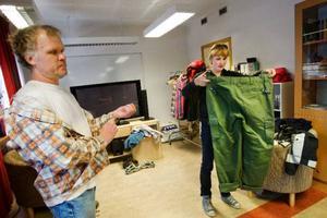 Morgan Henriksson är en av skådespelarna i filmen Retur. I vanliga fall arbetar han som lärare på Kastalskolan i Brunflo och det här är första gången som han medverkar på film. Åsa kollar om storleken på byxorna stämmer.