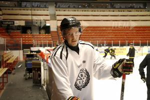 Jonathan Pudas kommer tillbaka till Karlskrona med Brynäs. Samma lag han var med och gick upp i SHL i våras.