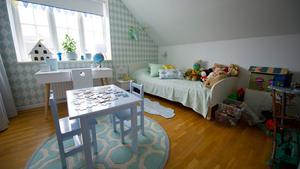 Det är viktigt att anpassa inredningen efter barnets ålder. I Jannice Wistrands sons rum står sängen i ett hörn för att skapa trygghet. Ha gärna dold förvaring i barnrum så att det inte blir för mycket intryck när de ska sova.
