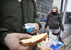 I söndags var soppköket stängt på Intiman. Hanna Gustafsson serverade då kaffe och smörgås, tillsammans med ytterligare en frivillig, utanför ingången till centralstationen vid Sigurdsgatan.