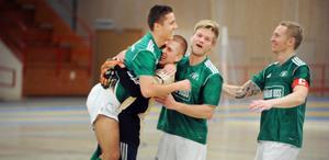 Hällbos Stefan Janjic (till vänster) kramas om av glada lagkamrater sedan han avgjort KM–finalen i futsal på straff vilket betydde 2–1 för Hällbo mot Bollnäs 1.