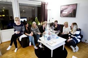 Paketöppning. Väninnorna Marika Kvarnström, Sofie Ranta, Hanna Wike, Emma Hedqvist, Carola Grönholm, Susanne Lutti, Emilia Woltter och Sofia Wike kollar in presenterna.