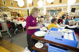 Biblioteksassistent Annika Wikman hade fullt sjå med att servera.