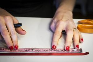 Bandgranar – Det här behöver du      60 centimeter sidenband i valfri färg   Pärlor (10-20 stycken)   Gummitråd (finns i pysselaffärer men det går också med nylontråd)   1. Börja mäta 1,5 centimeter in på sidenbandet. Gör sedan en markering med pennan på 10, 9, 8, 7, 6, 5 och 4 centimeter.    2. Ta fram tråden och mät den till 30 centimeter.   3. Trä på en liten pärla och gör en knut. Sätt änden av tråden i nästa pärla så att den försvinner.    4. Trä nålen genom den första markeringen på sidenbandet. Fortsätt att varva pärlor mellan varje markering.   5. Avsluta med en liten pärla i toppen och gör en knut för att få ett stopp. Klipp av resten av sidenbandet och gör en ögla för upphängning.
