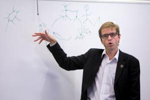 4. På besök. Wåhlstedt försöker beskriva något på sossarnas höstkonferens 2010.