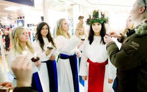 Dags igen att tända ljuskronan inför ett nytt besök, lucian får hjälp av sina tärnor och av Anna Sörensson förstås.Foto: Henrik Flygare