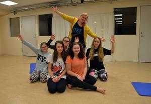 Här är gänget som började sportlovet med dans. Instruktör Johanna Dovner ses bakom deltagarna. Från vänster: Moa Åhrberg, Alva Nylund, Alice Högbom, Felicia Johansson och Emma Lemon.