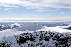 Konstnärsduon Bigert & Bergström slår in Kebnekaises sydtopp i en värmerepellerande filt för att förhindra smältningen.