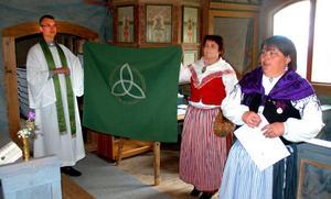 Ulf Jonsson, Ingmari Nilsson och Christina Stormats visar upp antependiet.