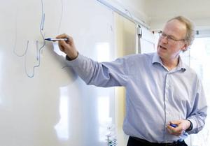 Kalle Gullberg på länsstyrelsen märker ut var det finns högre halter av dioxiner i bottensediment.