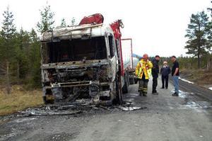 Lastbilen började brinna av okänd anledning kort efter avfärden från Huså. Förloppet var så snabbt att föraren knappt hann ta sig ur innan förarhytten var övertänd.Foto: Elisabet Rydell-Janson