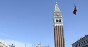 Änglaflykten utförs i år av Marta Finotto, en student vid Venedigs universitet.