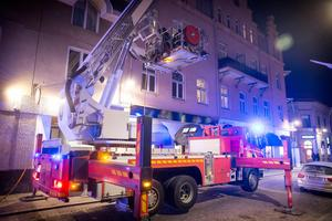 Räddningstjänsten använde stegbil för att släcka branden som spridit sig till taket.