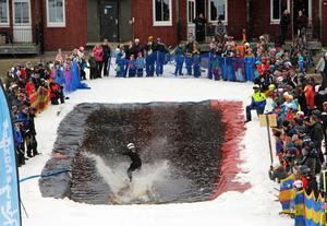 I målfållan möttes deltagarna av vattnets kyla och publikens värme.