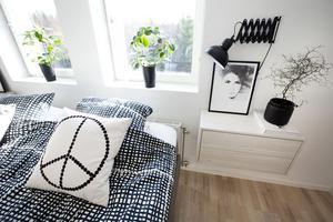 Kudden med fredsmärket kommer från den lokala designern Elina Dahl.