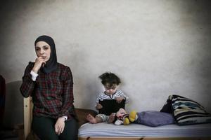 Haleemeh Abedelkhalik Alnatour med sin yngsta dotter Kinda.