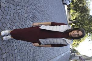 """Sandra Osmic bär rostvinröd stickad långklänning, Inwear, och grå Ralph Lauren Polo-dunväst. """"Jag har aldrig klänning annars, men den här gillar jag, säger hon. Nya Thulins"""