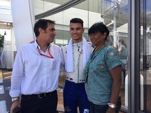 Pascal Wehrlein poserar med pappa Richard och mamma Chantal efter att spräckt Saubers poängnolla – och detta i sitt blott tredje race för stallet.