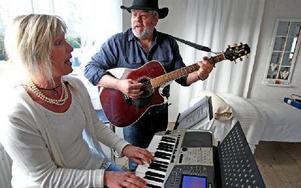 Kerstin Jansson och Benny Olsson har båda sysslat med musik sedan ungdomen.FOTO: JOHNNY FREDBORG