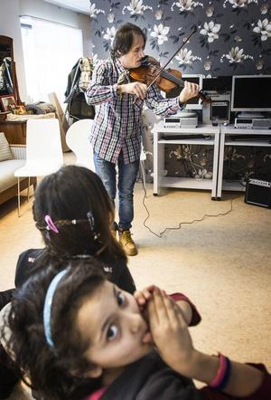 Zed Aldbessi har genom att lyssna på svensk folkmusik lärt sig att spela musiken. Nu vill han lära barnen från Kulthammar också.