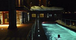 Utomhuspool på det nya smakfulla hotellet Principe delle Nevi.