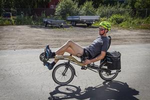 Johan Sjölund cyklar på en så kallad liggcykel.