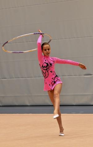 Godkänt. Ella Liodden debuterade i tävlingssammanhang och tävlade i tunnband. Hon klarade sig bra. BILD: MICHAEL LANDBERG