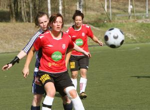 Emelie Kvist, närmast, och Sofie Becker möter Sundsvalls DFF då deras Mohed spelar i Svenska cupen hemma på Lägervallen.