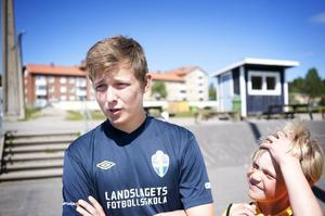 Tränaren Anton Ericsson är en av dem som har fullt upp med 160 barn på Glysis i Hudiksvall.