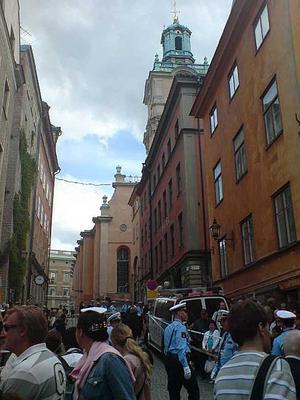 Trångt, trängre. Polisen börjar spärra av utanför Storkyrkan och trängseln tilltar - men poliserna utför sitt arbete med gott humör, rapporterar Helena Bergenhamn, VLT:s reporter på plats.
