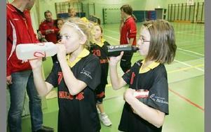 Vattenflaskan är viktig när man spelar hårt tycker Lisa Säflund och Hanna Wetter.FOTO: FREDRIK PELAS-C