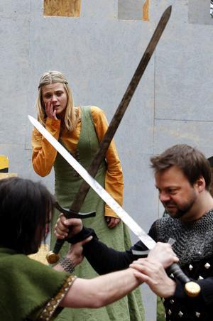 Hjältar och skurkar, kärlek och slagsmål och de statusfyllda som tappar sin status fyller Robin Hood liksom amdra klassiska äventyrsberättelser. Här gör Robin (Daniel Magnusson) och Guy av Gisborne (Jürgen Wenzel) upp i en frejdig fajt inför Marian (Ida Mullaart).