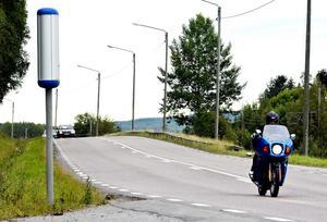 Fartkamerorna blir fler och fler, men de lyckas inte fånga motorcyklar på grund av hjälm och registreringsskylt där bak.