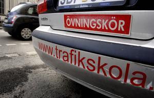 Enligt Trafikverket tar 1 av 10 svenskar körkort för automatväxlad bil i dag. I Gävle, på körskolan AnSan`s, instämmer vd:n Mia Hollsten: – Här har automatlektionerna ökat med 50 procent.