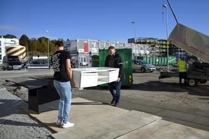 Bärtider på Norra kajen. Fredrik Larsson får hjälp med bänken av Sven Olofsson.