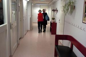 Wanja Lundby-Wedin fick snabbt en ny kompis i en kvinna som ville visa sitt rum på äldreboendet.