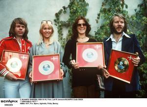 Ju fler guldskivor Abba sålde, desto mer avskydda blev de av 1970-talets musikvänster. Abba fick utstå spott och spe av proggrörelsen och i media, såsom symboler för banal och kommersiell lätt-pop.
