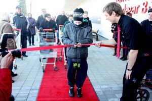 Elias Hedin fick chansen att klippa röda bandet vid invigningen av Ica Kvantum. Affärens chef Erik Geijer hälsade sina nya kunder välkomna.