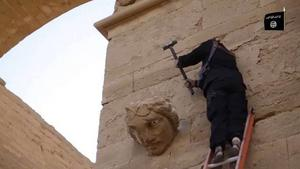 Kulturellt världsarv i Hatra förstörs av IS, i april 2015.
