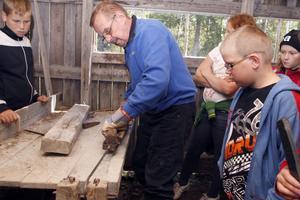 Dick Persson visar hur brynsågen även hyvlar stenarna. Den här dagen måste sågen dras för hand, då vattnet inte förslog.