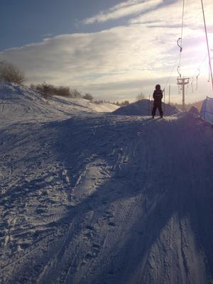 I många många veckor, ja, det kändes nog som en mindre evighet, har barnen längtat ut till snön och möjligheten att åka pulka eller skidor. Så kom den efterlängtade dagen då Vedbobacken äntligen öppnat. En helt magisk dag då solen spred sina vinterljusa strålar över nypudrad backe.