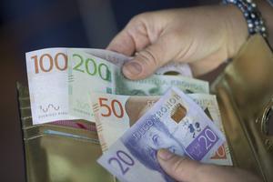 Många tar ut kontanter ur uttagsautomaten, betonar Per Olof Lundin i sin insändare.
