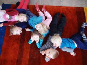 Nu ska barngrupperna på Östersunds kommuns förskolor ökas på igen. Lyckligt ovetande är Stella, Vera, Frans, Nelly, Oliver och Ivar.