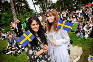 Rosaline Marbinah här tillsammans med Amanda Persdotter på nationaldagen.