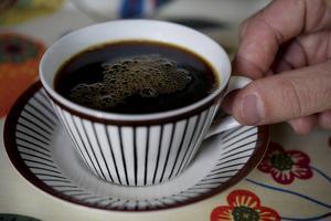 I dag består bara 7 av 100 koppar kaffe som vi dricker av ekologiskt kaffe, skriver artikelförfattarna.