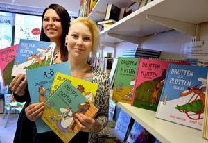 Jennie Elverstig och Anna Hansson auktionerar ut ett signerat bokpaket.