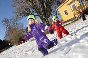LEKER JAGA. Snögubbarna Freja och Max Carlsson tar sats för att inte bli fångad av den varma solen.