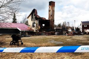 En hjälteinsats från en polispatrull räddade rullstolsburne Hans Byström från döden när någon satte eld på hans hus.