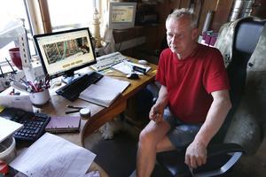 Besviken. Lars-Åke Jansson framför datorn där han läser på aktivistgruppens hemsida om nattens aktion. Han tycker det känns förjävligt och har svårt att förstå motivet. – Nu måste vi öka bevakningen och ha fler kameror på bryggorna, säger han.